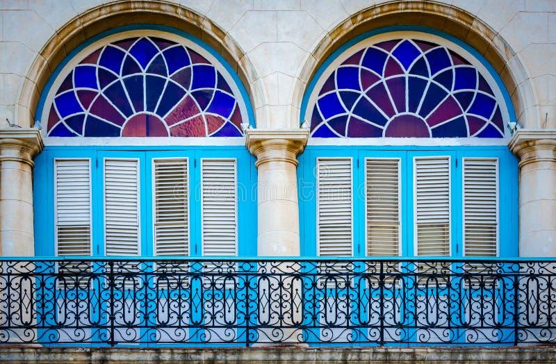 Detalj av den typiska koloniala balkongen och f?nster i havannacigarrviejaen - gammal stad, Kuba fotografering för bildbyråer