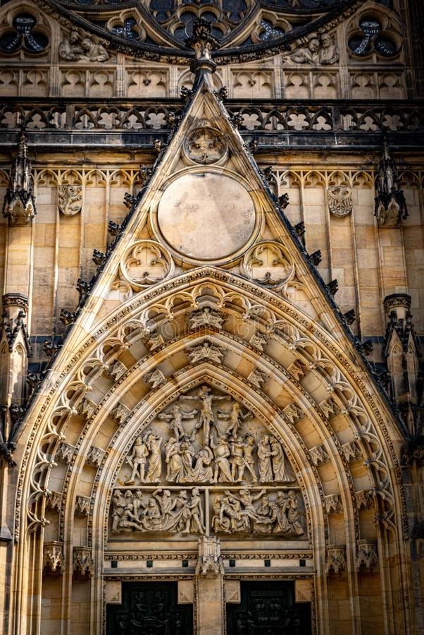Detalj av den västra titelplanschen av St Vitus Cathedral, i Prague royaltyfri bild