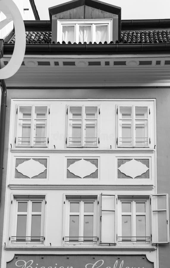 Detalj av den vita fasaden av ett historiskt hus i Bolzano, Italien arkivfoto