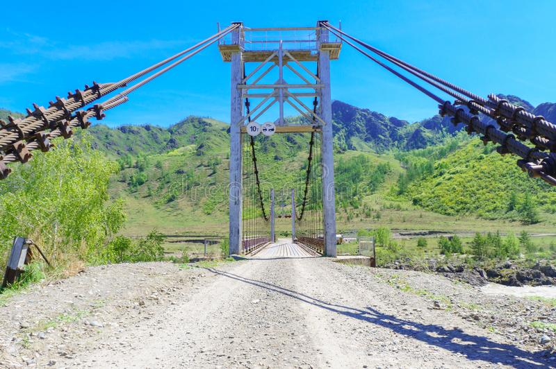 Detalj av denblivna bron över floden Katun i Altai arkivfoto