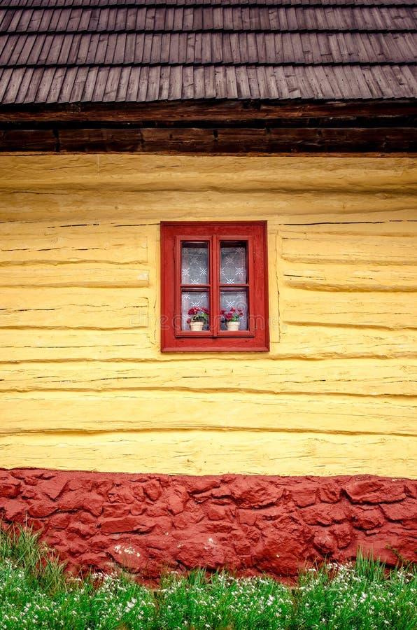 Detalj av det färgrika fönstret på gammalt traditionellt trähus royaltyfria bilder