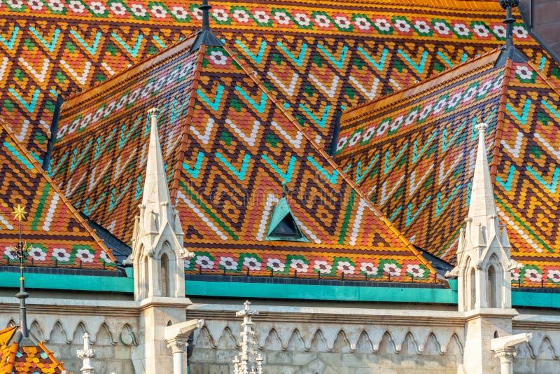 Detalj av det färgrika taket av den Matthias kyrkan i den Budapest Ungern arkivbilder