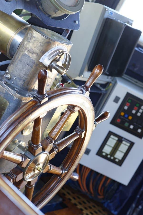 Detalj av det gamla wood styrninghjulet fotografering för bildbyråer