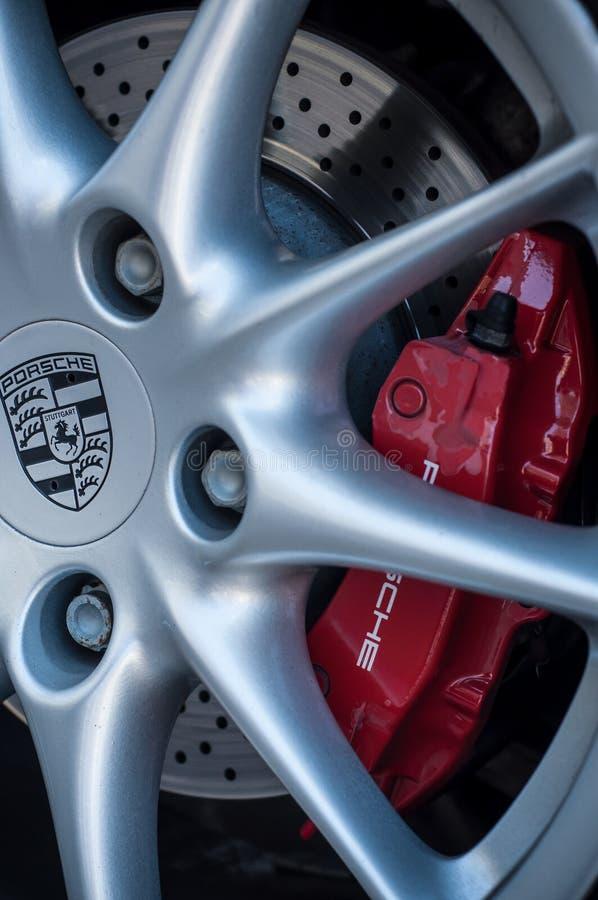 Detalj av det porsche hjulet med den röda bromsen royaltyfri fotografi