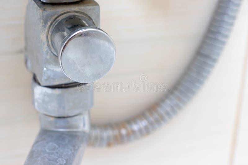 Detalj av det smutsig förkalkad duschblandareklappet och duschslang, vattenkran med limescale eller limefruktskala på den, slut u royaltyfria foton