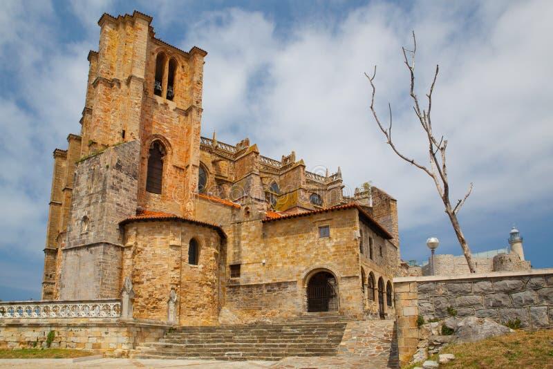 Detalj av domkyrkan och slott och fyr, Castro Urdiales, Cantabria, Spanien arkivfoton