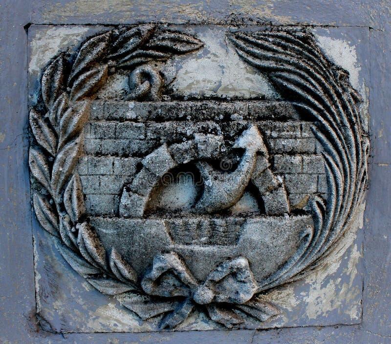 Detalj av emblemet av teknikererna av den väg-, kanal- och portgraden som göras av stenen royaltyfri foto