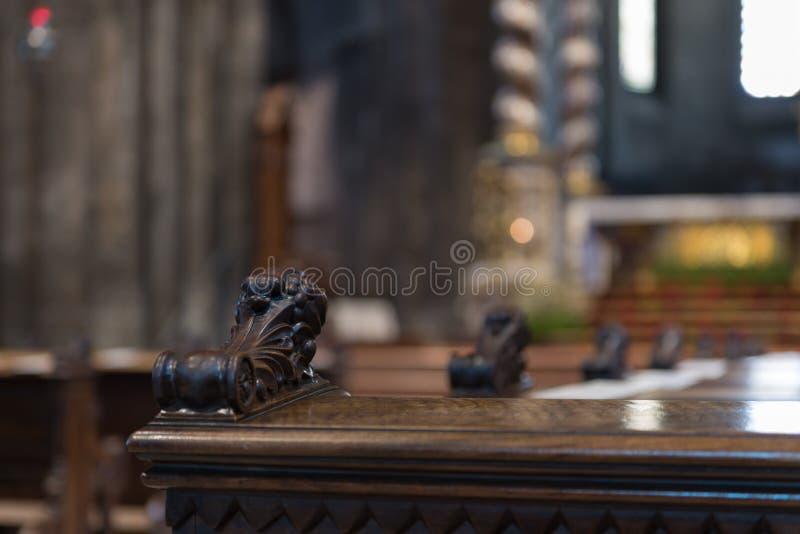 Detalj av en bänk inom den Trento domkyrkan royaltyfri bild