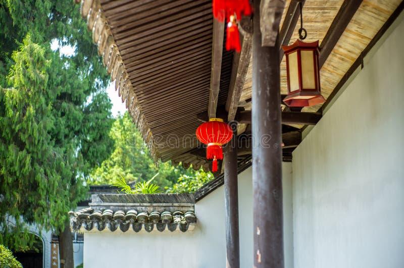 Detalj av en Buddist tempel i Wenzhou i Kina, lykta, tak och drakar - 2 royaltyfria bilder