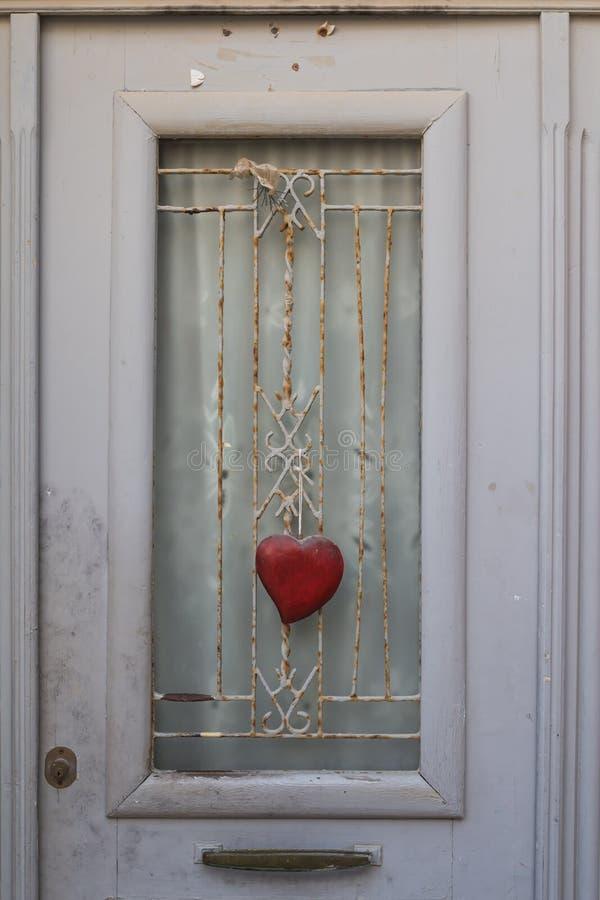 Detalj av en dörr med en hjärta royaltyfria bilder