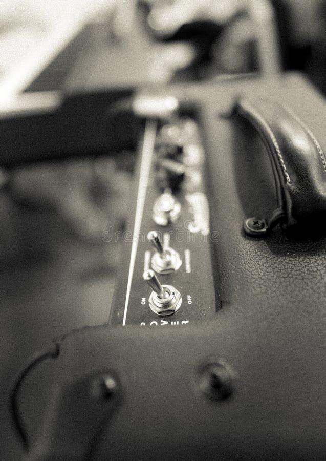 Detalj av en förstärkare för elektrisk gitarr fotografering för bildbyråer