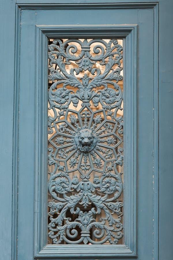 Detalj av en gammal dörr i Paris arkivfoto