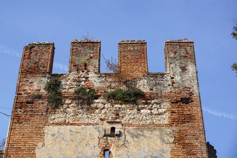 Detalj av en gammal medeltida stärkt vägg av slotten royaltyfria foton