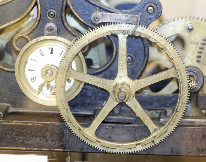 Detalj av en gammal mekanisk klocka arkivfoton