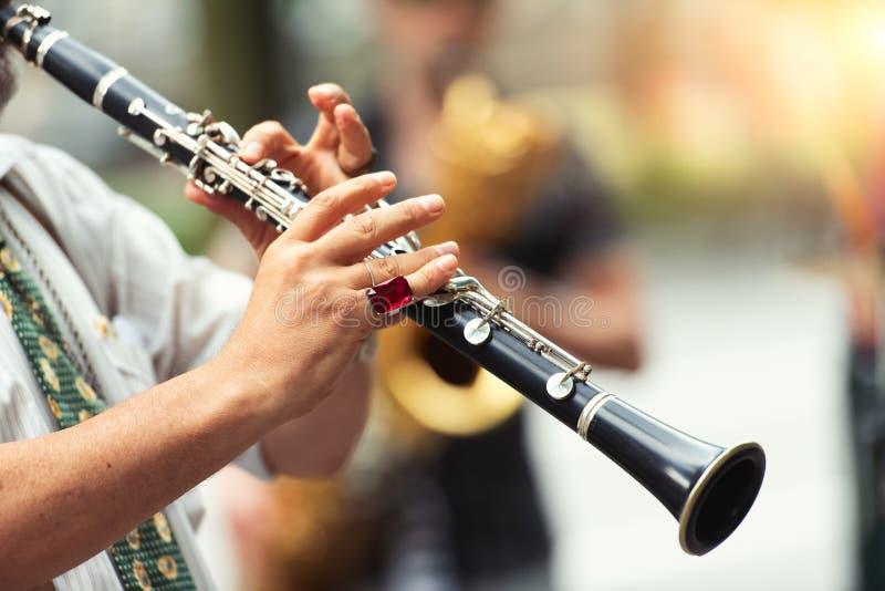 Detalj av en gatamusiker som spelar klarinetten royaltyfria bilder