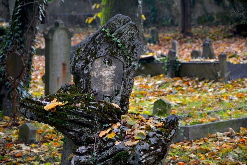 Detalj av en grav inom den gamla kyrkogården, Viggià ¹ royaltyfria bilder