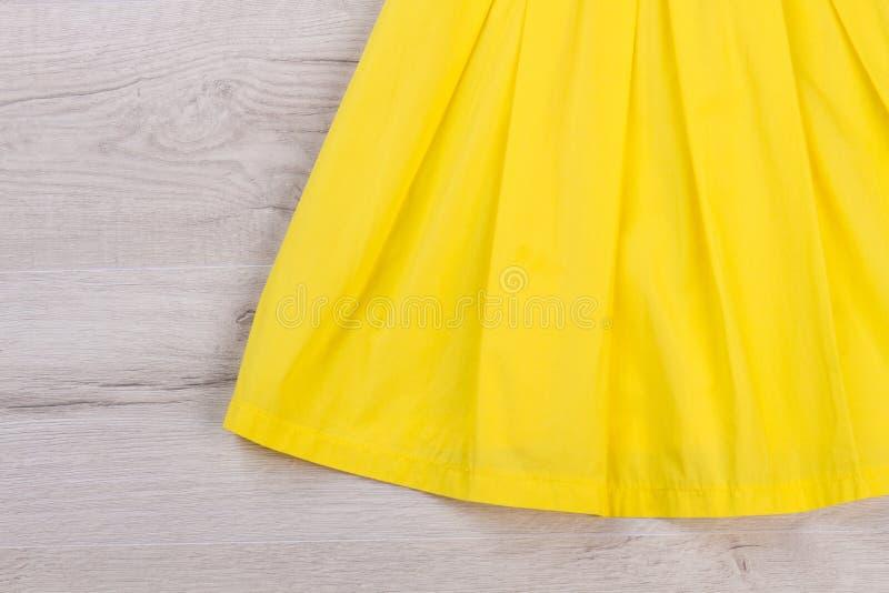 Detalj av en gul klänning royaltyfria foton