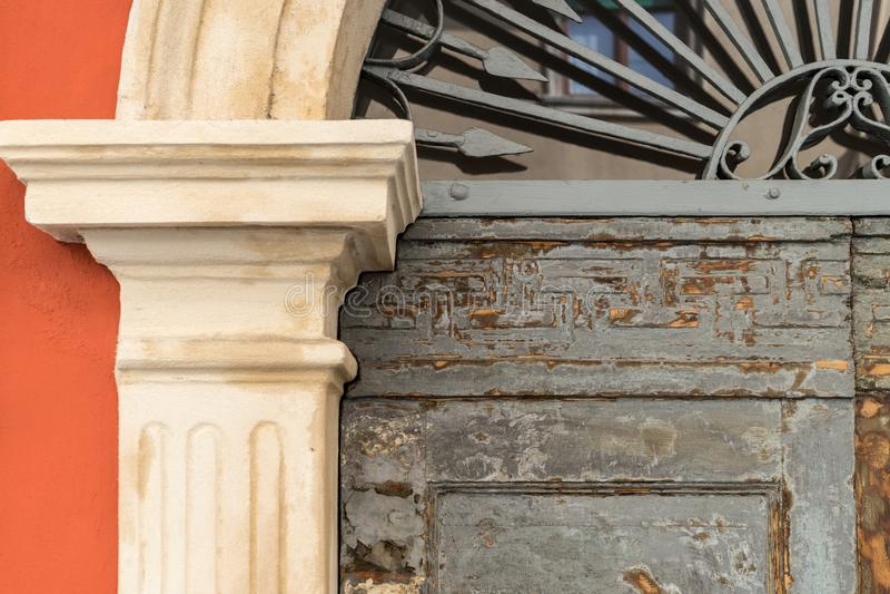 Detalj av en historisk dörr royaltyfria foton