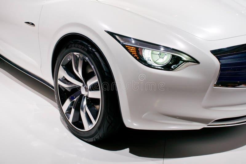 Detalj av en modern bil med billyktan och hjulet royaltyfri bild