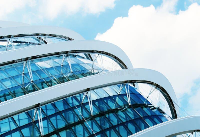 Detalj av en modern byggnad som göras av exponeringsglas fotografering för bildbyråer