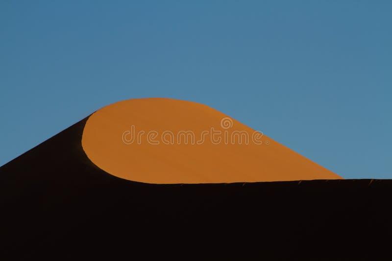 Detalj av en röd sanddyn i aftonljuset arkivbild