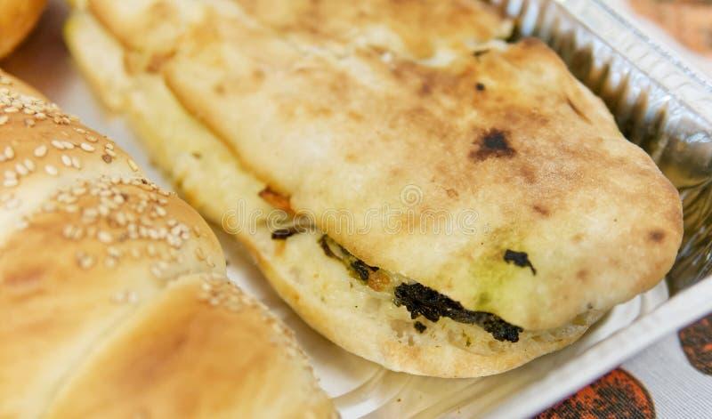 detalj av en smörgås med rovablast och provola royaltyfri bild