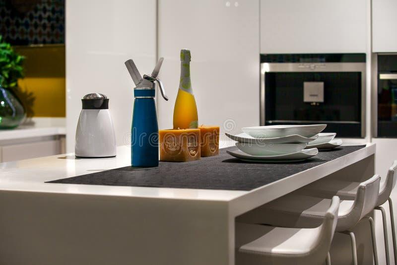 Detalj av en tabell med häverten, kaffemaskin, flaska av vin arkivfoton