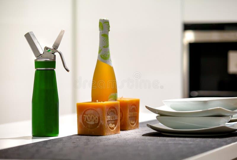 Detalj av en tabell med häverten, kaffemaskin, flaska av vin 2 fotografering för bildbyråer