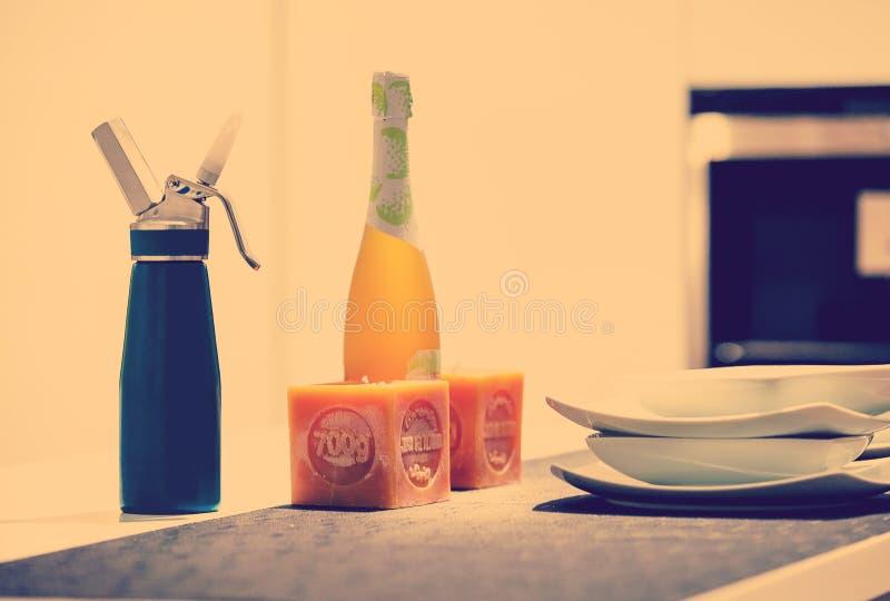 Detalj av en tabell med häverten, kaffemaskin, flaska av vin 3 royaltyfria foton