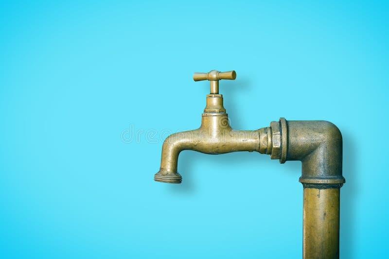Detalj av en vattenmässingsvattenkran som isoleras på bakgrund för fast färg - bild med kopieringsutrymme fotografering för bildbyråer