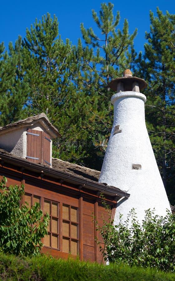 Detalj av en vit lampglas av en stuga i pyrenen arkivfoton