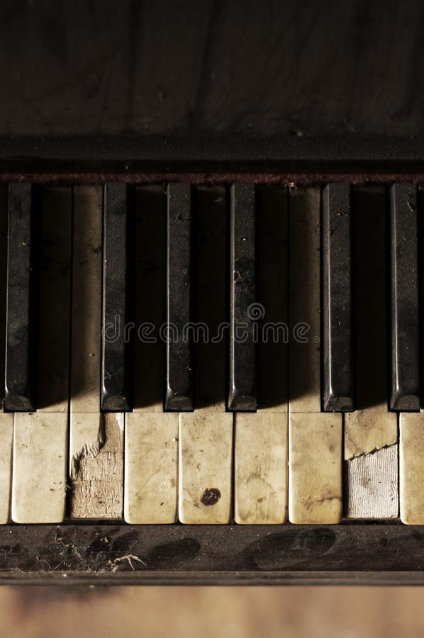 Detalj av ett gammalt brutet piano royaltyfri bild