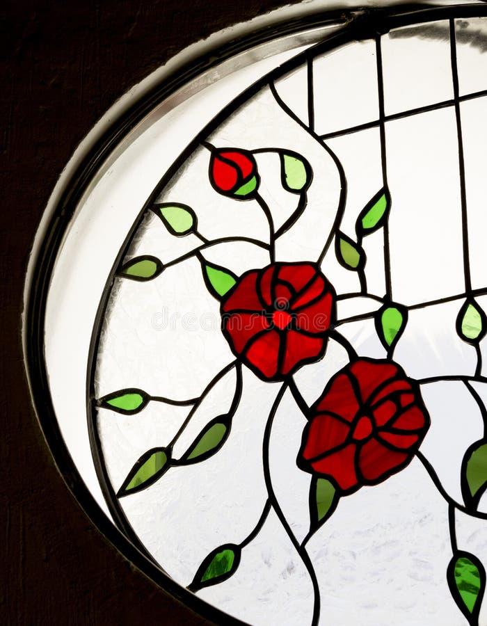 Detalj av ett målat glassfönster inom ett rum royaltyfri fotografi