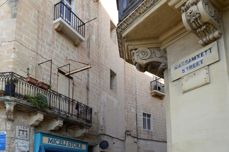 Detalj av ett typisk, kalksten, maltese gata på Valletta arkivbilder