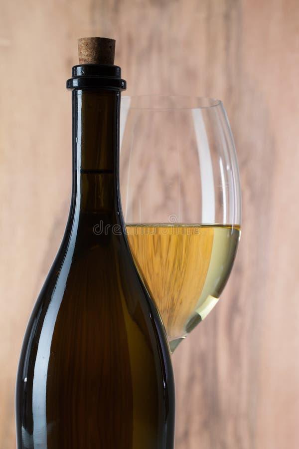 Detalj av exponeringsglas och flaskan av vin arkivfoto