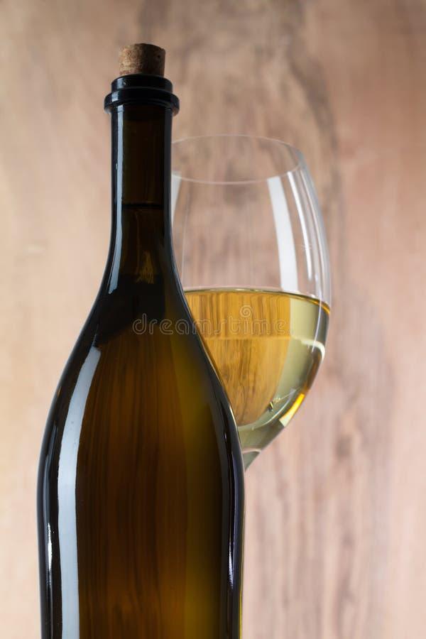 Detalj av exponeringsglas och flaskan av vin royaltyfria bilder