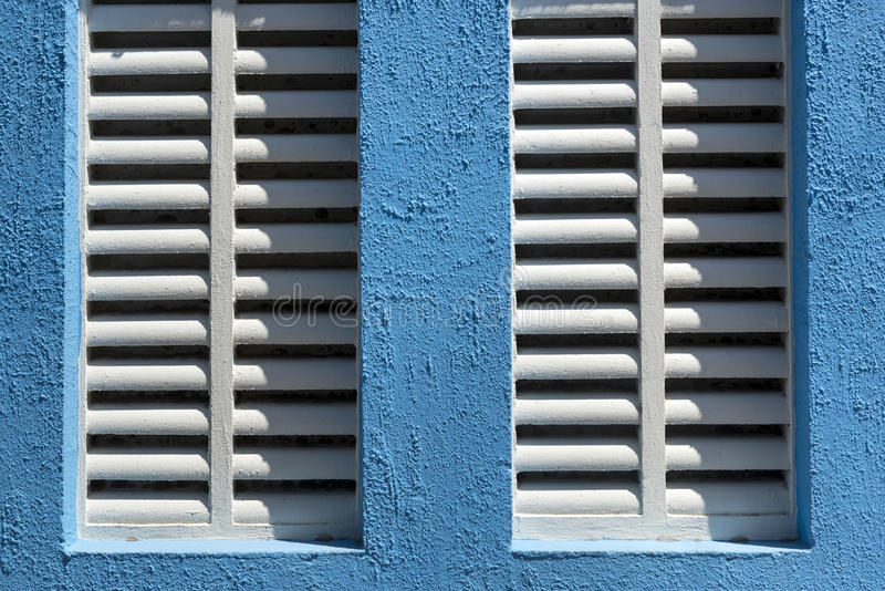 Detalj av fönstret med vita solrullgardiner arkivfoton