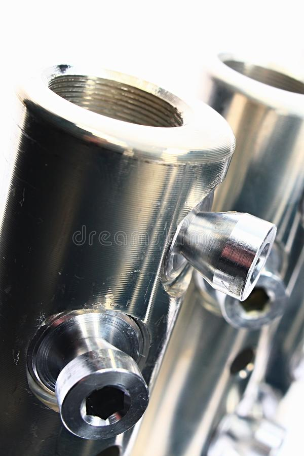 Detalj av för elkraftkabel för stor diameter rör för anslutning med skruvar för allen tangent som göras av rostfritt stål som ser royaltyfria foton