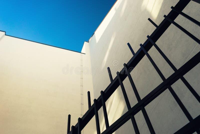 Detalj av fasaden av huset och järnportarna fotografering för bildbyråer