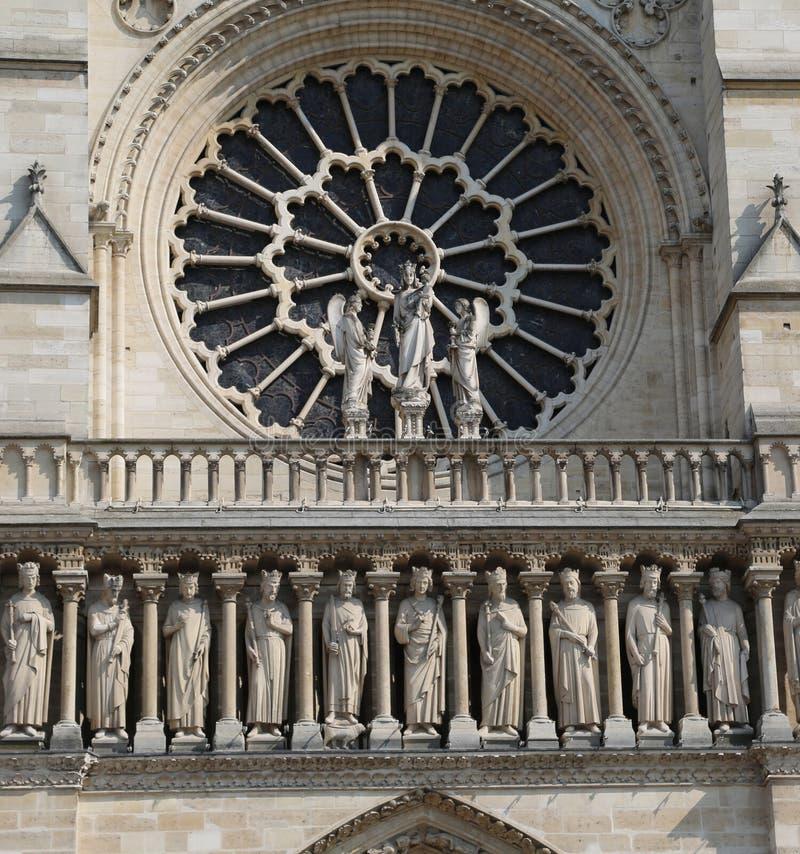 detalj av fasaden av den berömda kyrkan Notre Dame de Paris royaltyfri foto