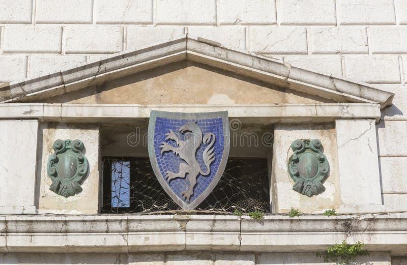 Detalj av fasadgarneringen på den gamla slotten royaltyfria foton