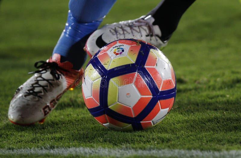 Detalj av foten av en spring för fotbollspelare med bollen royaltyfri bild