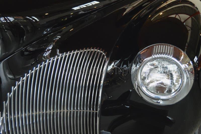 Detalj av framdelen av den svarta klassiska bilen royaltyfria foton