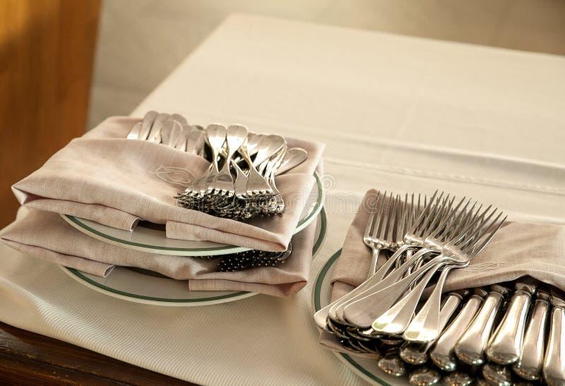 Detalj av gafflar och servetter som staplas på en tabell royaltyfria foton