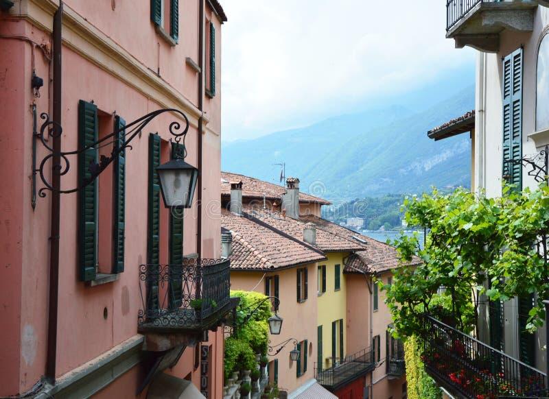 Detalj av gamla sceniska gator Salita Serbelloni i Bellagio, pittoresk liten stadgatasikt på sjön Como, Italien royaltyfri foto