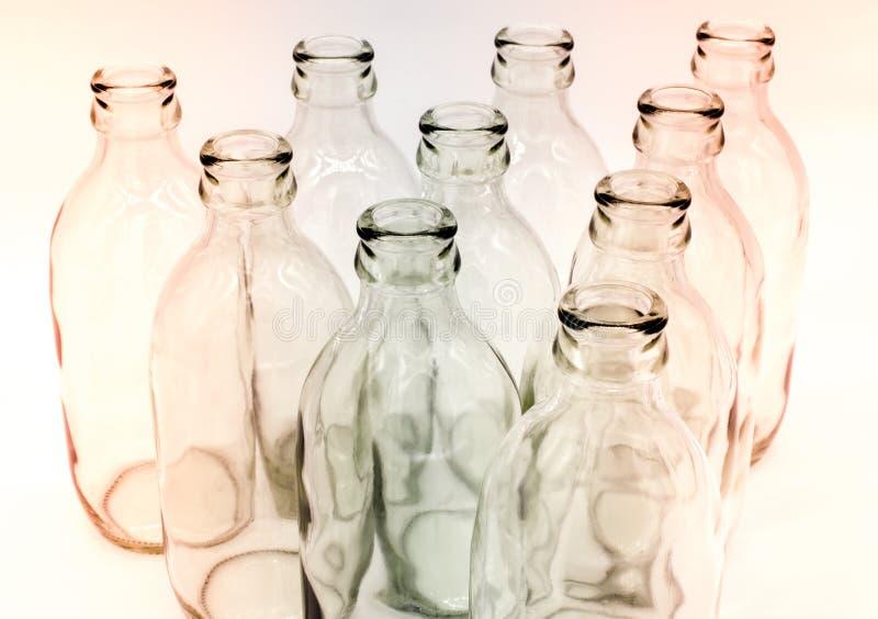 Detalj av glasflaskor på vit bakgrund arkivfoton