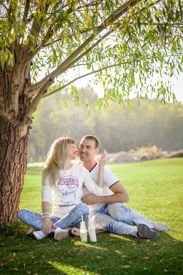 Detalj av gräsplan för par för barn gravid framme royaltyfria bilder