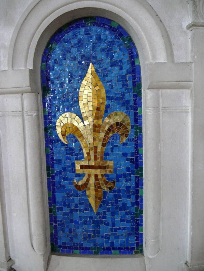 Detalj av guld- en keramisk liljablomma royaltyfri fotografi