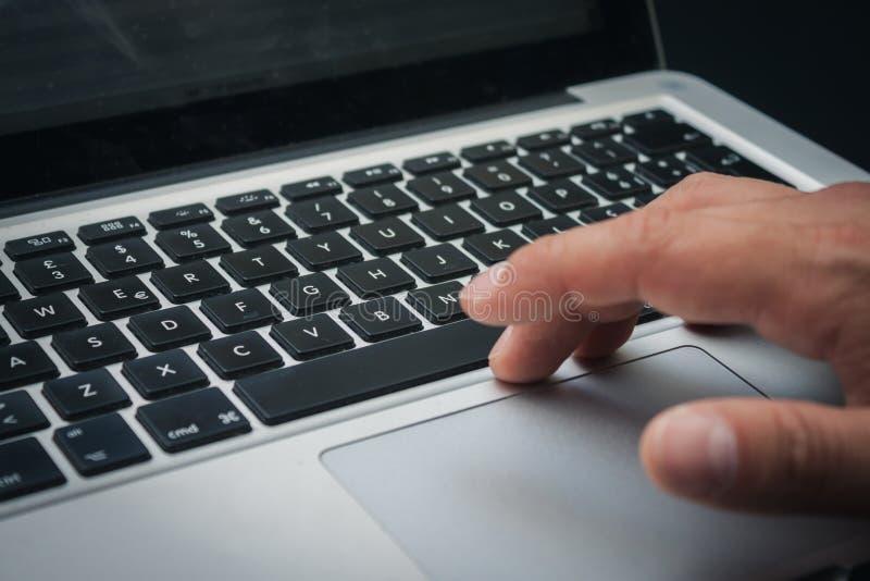 Detalj av händer som arbetar på datortangentbordet royaltyfria bilder