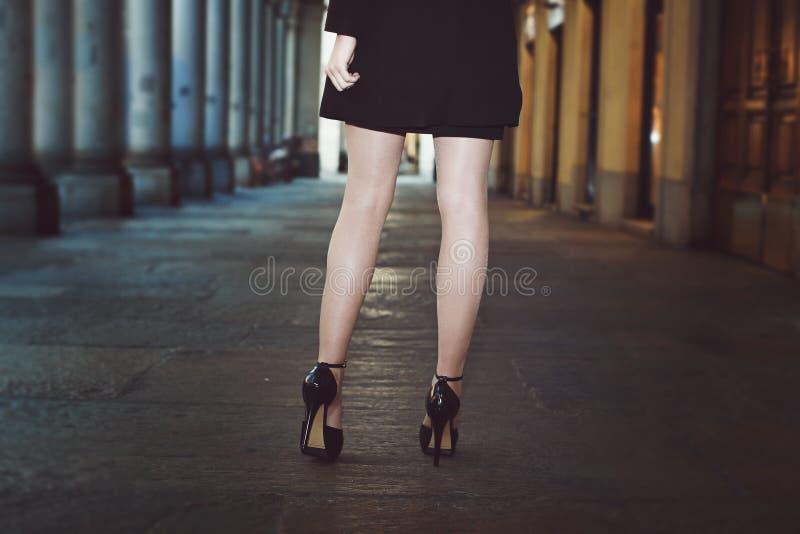 Detalj av härliga ben och höga häl royaltyfri fotografi